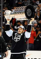 Ishockey ,Los Angeles Kings Right Wing Dustin Brown 23  Lifts The Stanley Cup during The Post Game Celebration of The Stanley Cup Final between The New York Rangers and The Los Angeles Kings AT Staples Center in Los Angeles Approx The Kings defeated The Rangers 3 2 to Win The Stanley Cup NHL Ice hockey men USA Jun 13 Stanley Cup Final Rangers AT Kings Game 5  <br />