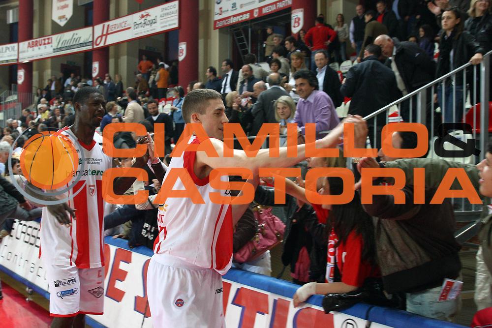 DESCRIZIONE : Teramo Lega A 2008-09 Bancatercas Teramo Premiata Montegranaro<br /> GIOCATORE : Jaycee Carroll<br /> SQUADRA : Bancatercas Teramo <br /> EVENTO : Campionato Lega A 2008-2009<br /> GARA : Bancatercas Teramo Premiata Montegranaro<br /> DATA : 26/04/2009<br /> CATEGORIA : Tifosi<br /> SPORT : Pallacanestro<br /> AUTORE : Agenzia Ciamillo-Castoria/C.De Massis