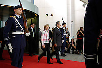 04 JUN 2005, BERLIN/GERMANY:<br /> Doris Schroeder-Koepf (L), Kanzlergattin und Gerhard Schroeder (R), SPD, Bundeskanzler, schreiten auf dem roten Teppich zwischen Soldaten des Wachbataillons der Bundeswehr zu Begruessung von J acques C hirac zu einem informellen Treffen, Ehrenhof, Bundeskanzleramt <br /> IMAGE: 20050604-01-002<br /> KEYWORDS: auf dem Weg, Gerhard Schröder, Doris Schröder-Köpf