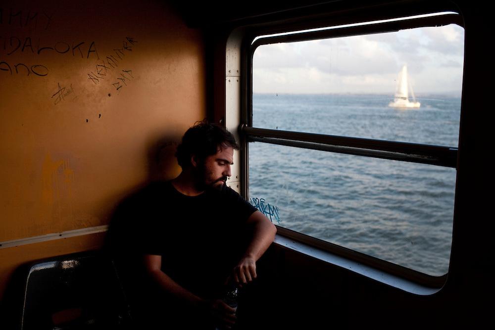 Vhils para Show me Lisbon.  No barco para Cacilhas.