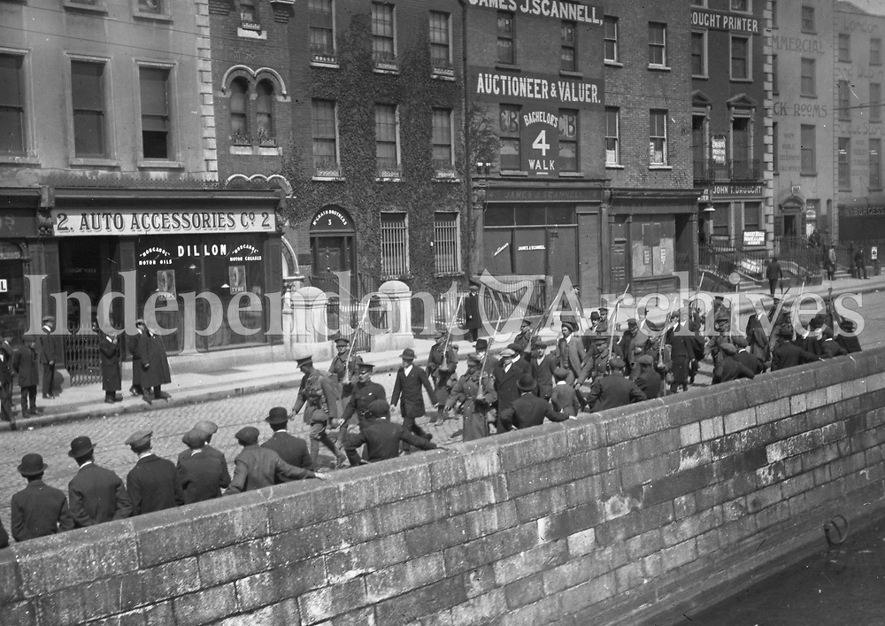 Republican prisoners on Bachelors Walk being marched to detention after the Rising. (Part of the Independent Newspapers Ireland/NLI Collection)