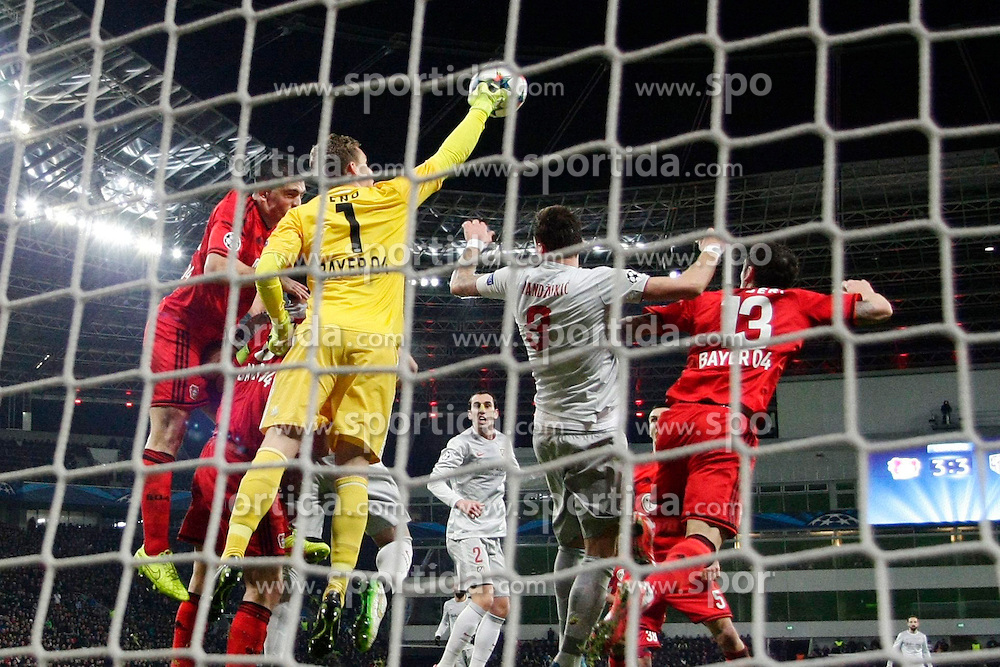 25.02.2015, BayArena, Leverkusen, GER, UEFA CL, Bayer 04 Leverkusen vs Atletico Madrid, Achtelfinale, Hinspiel, im Bild Torwart Bernd Leno (Bayer 04 Leverkusen #1) mit einer Faustabwehr vor Mario Mandzukic (Atletico Madrid #9) // during the UEFA Champions League Round of 16, 1st Leg match between between Bayer 04 Leverkusen and Club Atletico de Madrid at the BayArena in Leverkusen, Germany on 2015/02/25. EXPA Pictures &copy; 2015, PhotoCredit: EXPA/ Eibner-Pressefoto/ Schueler<br /> <br /> *****ATTENTION - OUT of GER*****