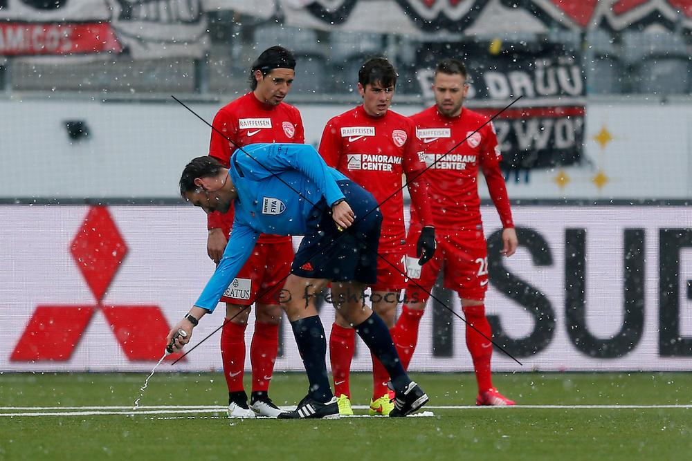 07.02.2015; Thun; Fussball Super League FC Thun - FC Aarau: Schiedsrichter Nikolaj Haenni mit Spray(Christian Pfander/freshfocus)
