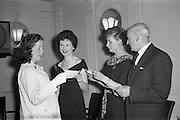17/04/1961<br /> 04/17/1961<br /> 17 April 1961<br /> A.E.I. Gala Ltd. press reception at the Gresham Hotel Dublin. Miss Noell Middleton, (second from left) Sligo born film star presents prizes at the reception.