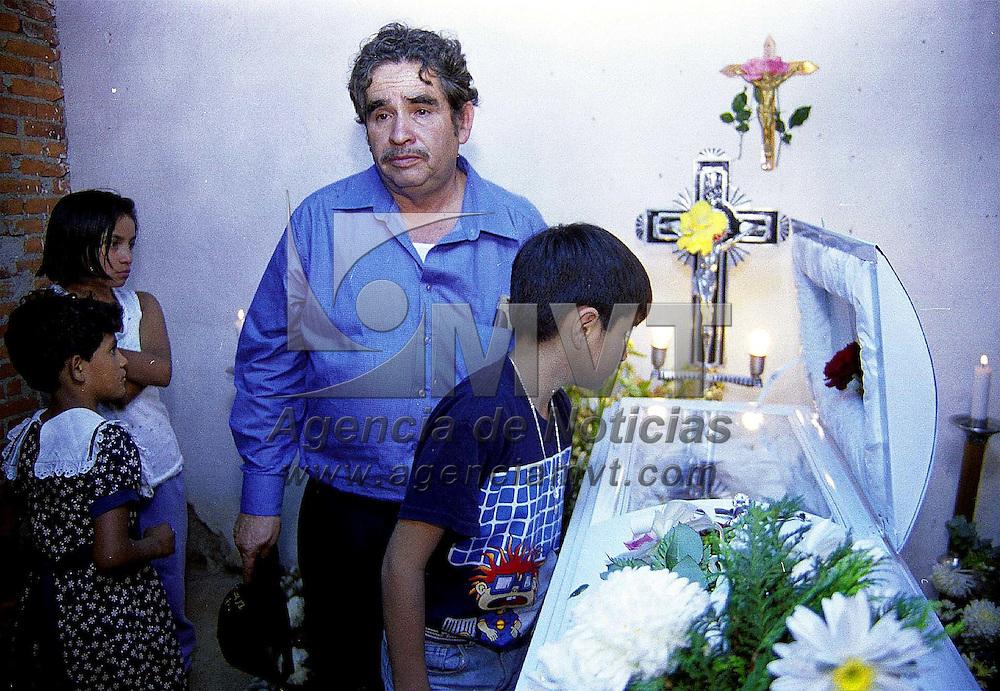 Tenancingo, Méx.- En la comunidad Tecomatlan es velado el cuerpo del niño Jorge Luis Huitron e 10 años que perdiera la vida el dìa de ayer ahogado durante un curso de verano en la alberca olimpica del D.F. Agencia MVT / Mario B. Arciniega