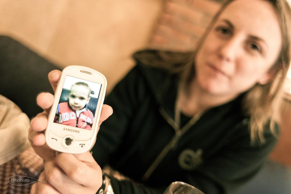 Verona - Juska (28), camionista per passione e giovane mamma mostra sodisfatta la foto di suo figlio.