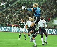 Fotball: Tyskland-England 1-5. München. 01.09.01.<br /><br />v.l. Oliver KAHN , Nick BARMBY 11 verdeckt, Emile HESKEY  vor 1:1<br />               WM-Quali   Deutschland - England  1:5
