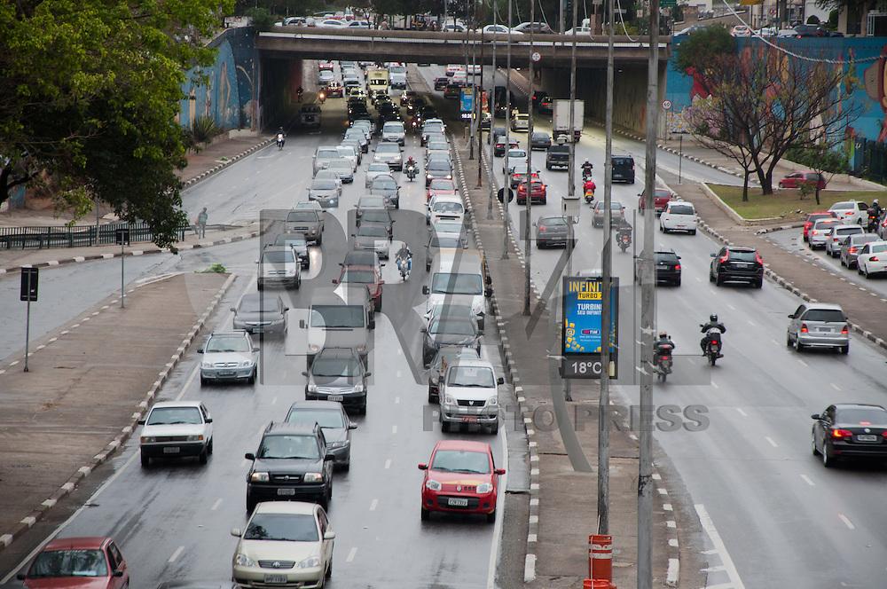 SÃO PAULO - SP - 08,08,2014 - TRÂNSITO CAPITAL SP - O motorista segue com lentidão na Avenida Radial Leste sentido Zona Oeste (elevado) na tarde dessa sexta-feira,08 (Foto:Kevin David/Brazil Photo Press)