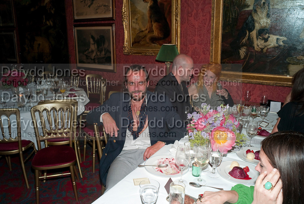 ANDREAS KRONTHALER; JAKE CHAPMAN; VIVIENNE WESTWOOD, Dinner hosted by Elizabeth Saltzman for Mario Testino and Kate Moss. Mark's Club. London. 5 June 2010. -DO NOT ARCHIVE-© Copyright Photograph by Dafydd Jones. 248 Clapham Rd. London SW9 0PZ. Tel 0207 820 0771. www.dafjones.com.