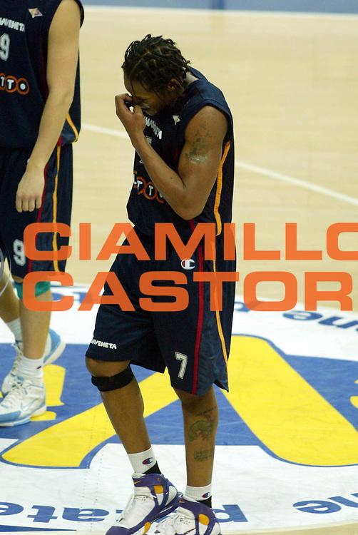 DESCRIZIONE : Bologna Lega A1 2005-06 Climamio Fortitudo Bologna Lottomatica Virtus Roma <br /> GIOCATORE : Hawkins <br /> SQUADRA : Lottomatica Virtus Roma <br /> EVENTO : Campionato Lega A1 2005-2006 <br /> GARA : Climamio Fortitudo Bologna Lottomatica Virtus Roma <br /> DATA : 26/03/2006 <br /> CATEGORIA : Delusione <br /> SPORT : Pallacanestro <br /> AUTORE : Agenzia Ciamillo-Castoria/G.Ciamillo