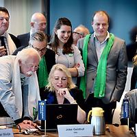 Nederland, Haarlem , 2 februari 2015.<br /> aftrap van de verkiezingscampagne voor de Provinciale Staten Verkiezingen Noord-Holland<br /> locaitie: Provincie Huis Noord Holland,Dreef 3, (nieuwe gebouw; vergaderzaal 1.4) in Haarlem<br /> het voorstellen van van de lijstrekkers en het invullen van van de stemwijzer.<br /> Op de foto:<br /> Joke Geldof van D66 en Remine Alberts van SP krijgen veel belangstelling tijdens het invullen van de stemwijzer<br /> <br /> Foto:Jean-Pierre Jans