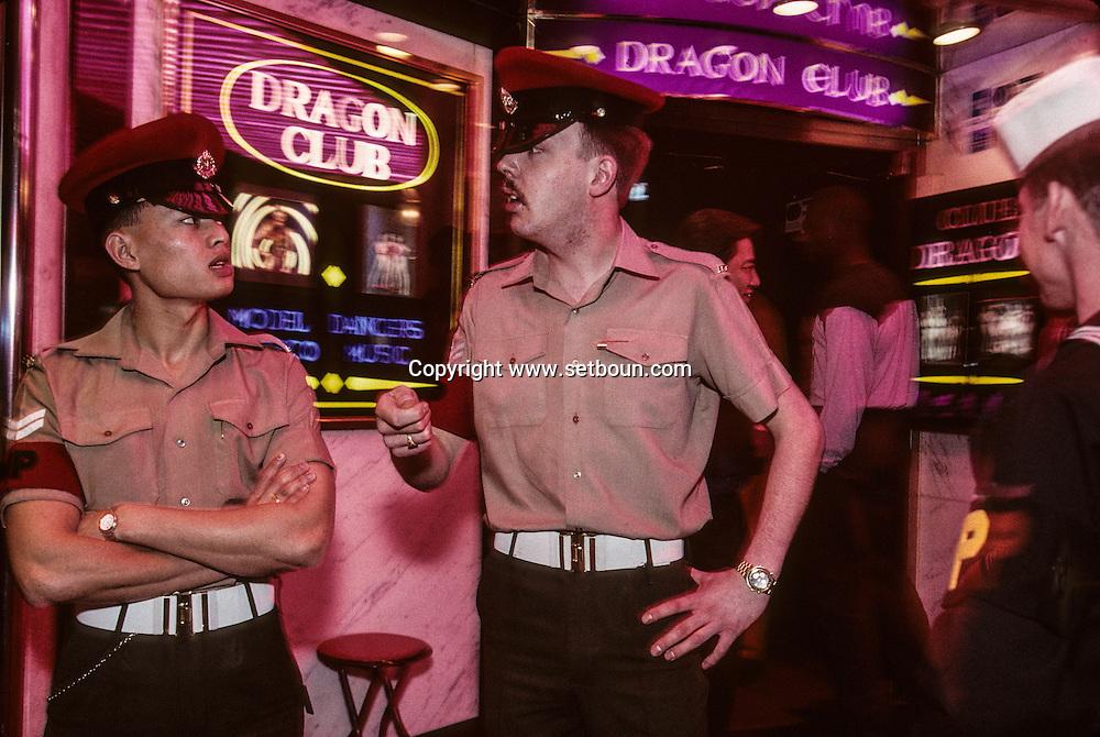 Hong Kong. military patrol  WanchaÓ    / Patrouille militaire dans le quartier   rose de Wanchai  / R00057/77    L940309a  /  P0000292