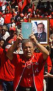 Leonel Gonzales del Frente Farabundo Marti (FMLN) porta un libro de los acuerdos de paz 05 de marzo de 2006 en San Salvador, El Salvador durante un mitin en homenaje a Jorge Schafik Handal en el cierre de campana para los comicios electorales del proximo domingo. Photo: Edgar Romero/Imagenes Libres