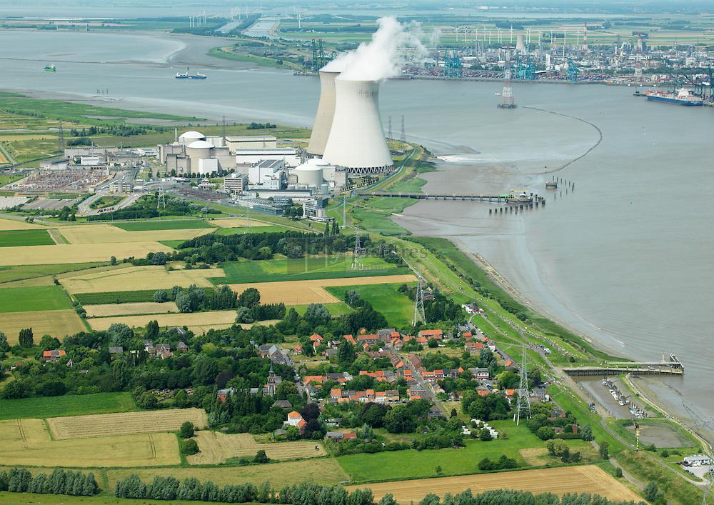 Dorp Doel met Kerncentrale op de achtergrond aan de oever van de Schelde. Het dorp staat op de nominatie op gesloopt te worden.