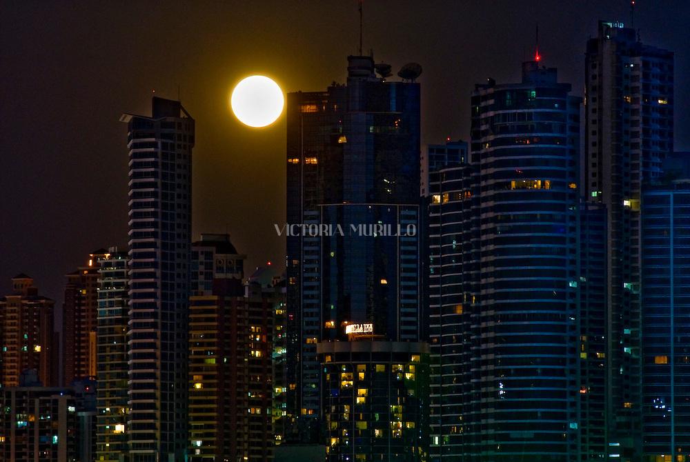 Vista de la luna llena saliendo entre los edificios ubicados en Punta Paitilla en la Ciudad de Panama. .Foto:  Ramon Lepage / Istmophoto....