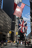 New york , giant american and english flags on fifth avenue,  / drapeauw americains sur la cinquieme avenue,