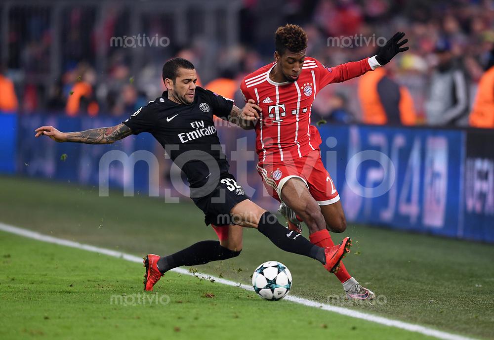FUSSBALL CHAMPIONS LEAGUE SAISON 2017/2018 GRUPPENPHASE FC Bayern Muenchen - Paris Saint-Germain               05.12.2017 Dani Alves (li, Paris Saint-Germain) gegen Kingsley Coman (re, FC Bayern Muenchen)
