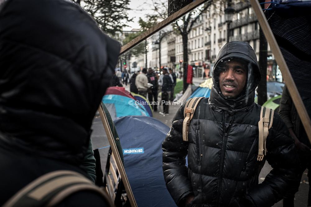 Parigi, Avenue de Flandre metro Stalingrad. Circa 3000 migranti arrivati dopo lo smantellamento di Calais si sono accampati a nord di Parigi, nel 19 arrondissement. Il giorno 4 novembre il campo &egrave; stato smantellato dalle forze dell'ordine.<br /> <br /> Paris, Avenue de Flandre metro Stalingrad. About 3000 migrants arrived from Calais camped north of Paris, ni 19 arrondissement. Today 4.11.2016 the camp was dismantled by law enforcement.<br /> <br /> Gianluca Pavarini - BuenaVistaPhoto