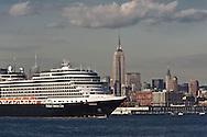 New York . cruise boat on Hudson river  in new york harbour. Downtown Manhattan cityscape ,  view from Grundy park exchange place New jersey Usa /   un bateau de croisiere dans le port de new york . le panorama du bas de manhattan ,