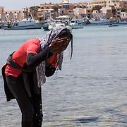 """ragazza eritrea durante la manifestazione """"non finger print"""" a Lampedusa"""