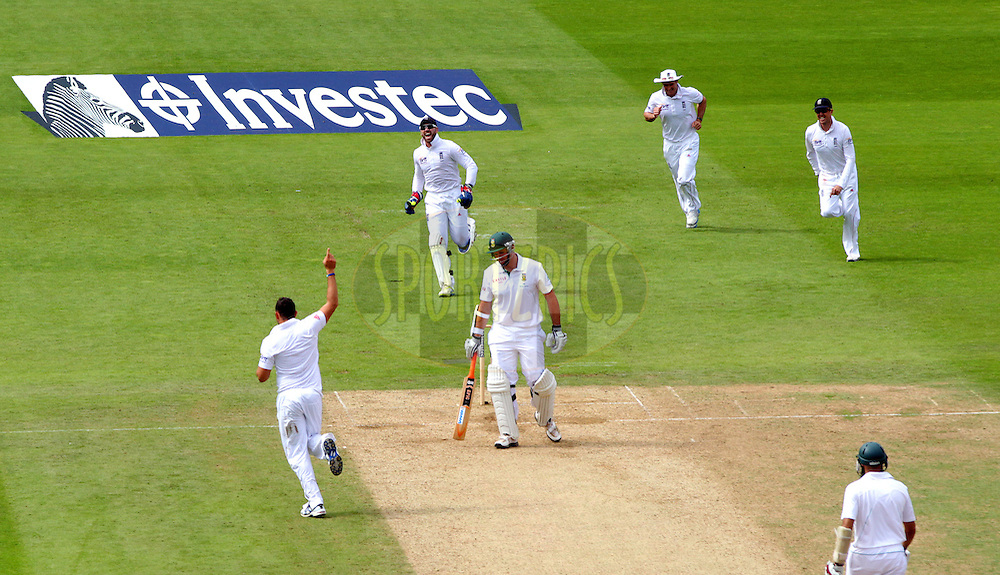 © Andrew Fosker / Seconds Left Images 2012 - Breakthrough:  South Africa's Graeme Smith finally loses his wicket to the celebrating Tim Bresnan (L) , making 131 before being bowled - England v South Africa - 1st Investec Test Match -  Day 3 - The Oval  - London - 21/07/2012