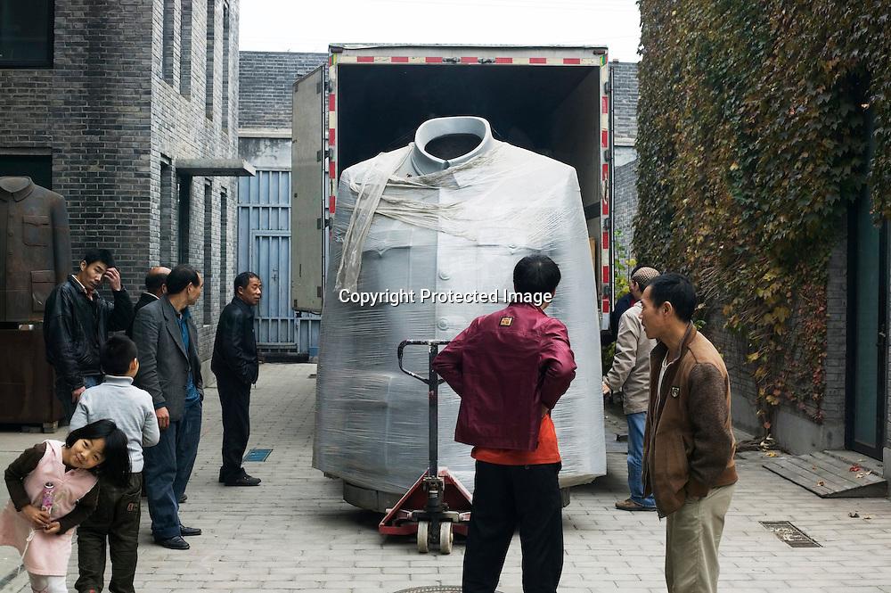"""BEIJING, OCT. 22 :  der Chinesische Kuenstler Sui Jianguo neben seinem Werk """" legacy""""."""