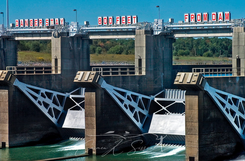 A sign warns visitors to stay at least 800 feet away from the John C. Stennis Lock and Dam, formerly named Columbus Lock and Dam, Oct. 13, 2006, in Columbus, Mississippi. (Photo by Carmen K. Sisson/Cloudybright)