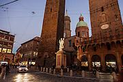 Bologna, Torre degli Asinelli e Garisenda in piazza della mercanzia