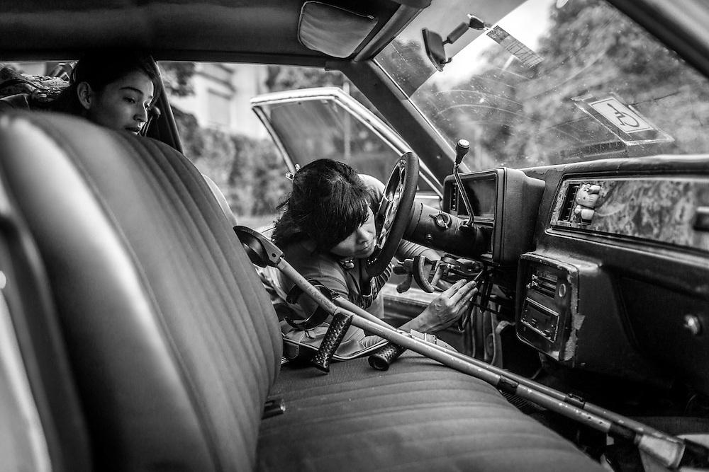 La psicólogo clínico, Carolina Mora (c) revisa el sistema de manejo adaptado para su discapacidad luego de dar clases en el Centro de Estudios Religiosos (CER) de Altamira. Caracas, 12 de junio de 2014. (Foto/Ivan Gonzalez)