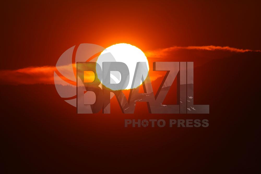 VANCOUVER, CANADÁ, 03.07.2015 - CLIMA-CANADÁ - Pôr-do-sol é visto a partir da Sunset Beach em Vancouver no Canadá na noite de ontem quinta-feira, 02. (Foto: William Volcov/Brazil Photo Press)