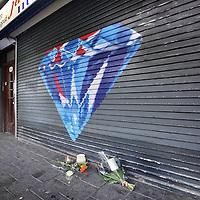 Nederland, Amsterdam, 8 oktober 2010..Bij juwelier Hund in de Jan Evertsenstraat waar gisteren na een brutale overval een man is doodgeschoten worden bloemen gelegd ter nagedachtenis..Foto:Jean-Pierre Jans