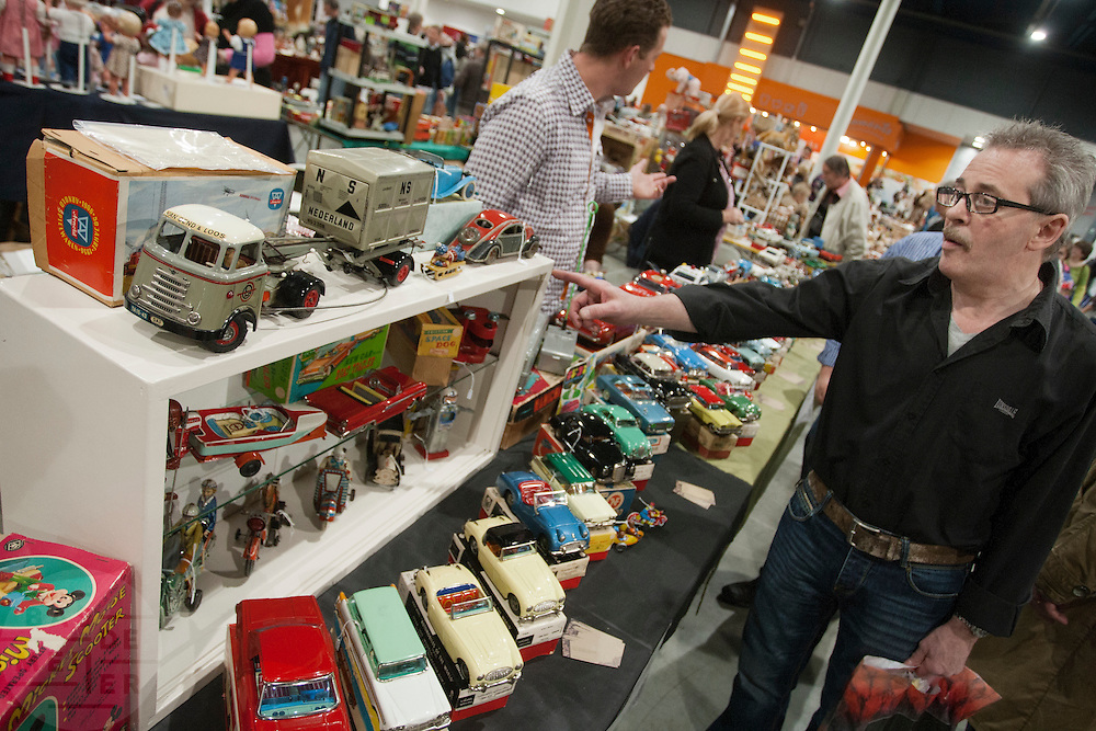 Bezoekers van de Verzamelaarsjaarbeurs in de Jaarbeurs in Utrecht struinen stands af op zoek naar nieuwe spullen voor hun verzameling.<br />