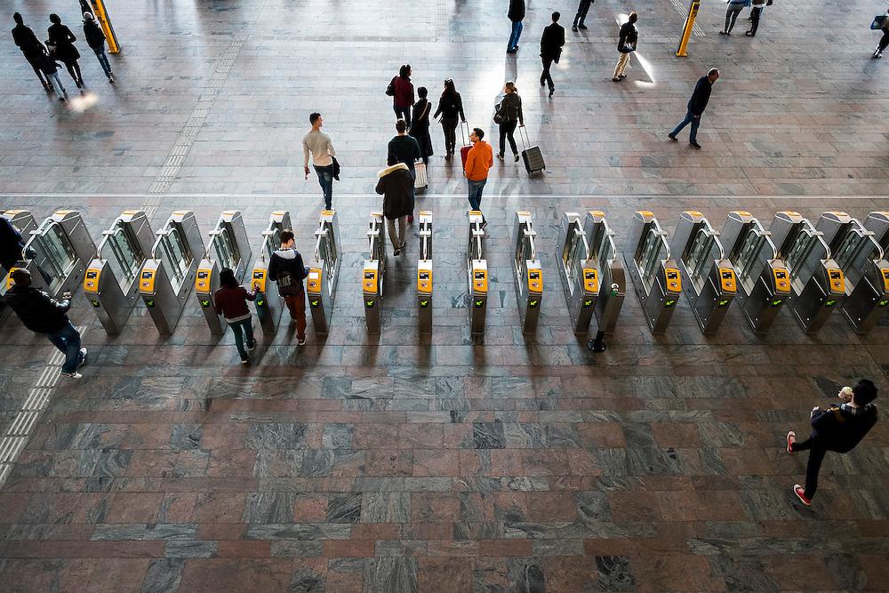 Nederland, Rotterdam, 9 maart 2014<br /> Poortjes voor kaartcontrole.<br /> Station Rotterdam Centraal heeft een grondige renovatie ondergaan. Vooral de hal van het station in spectaculair mooi, zowel van binnen als van buiten<br />  <br /> Foto(c): Michiel Wijnbergh
