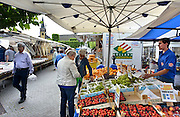 Nederland, Wijchen, 28-8-2014 Opde markt zijn nederlandse groenten en fruit goedkoop en in de aanbieding. De prijzen zijn sterk gedaald vanwege de sancties jegens Rusland ende boycot van Rusland van Europese groente en fruit.FOTO: FLIP FRANSSEN/ HOLLANDSE HOOGTE