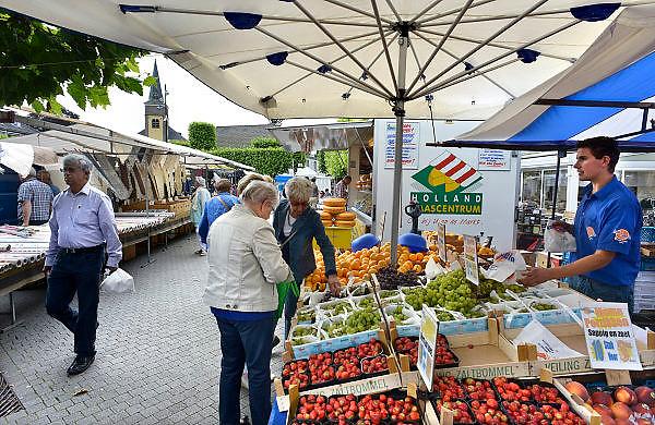 Nederland, Wijchen, 28-8-2014 Opde markt zijn nederlandse groenten en fruit goedkoop en in de aanbieding. De prijzen zijn sterk gedaald vanwege de sancties jegens Rusland ende boycot van Rusland van Europese groente en fruit.FOTO: FLIP FRANSSEN/ HOLLANDSE HOOGTE