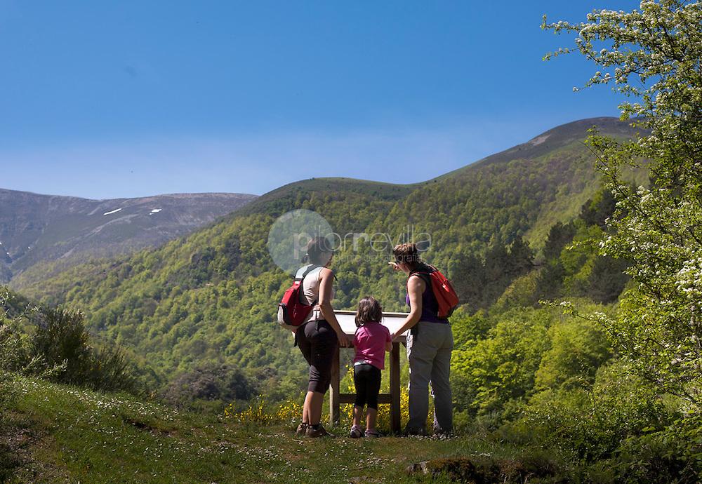 Familia en los montes de La Rioja ©Daniel Acevedo / PILAR REVILLA