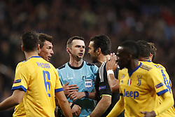 (l-r) Sami Khedira of Juventus FC, Mario Mandzukic of Juventus FC, referee Michael Oliver, goalkeeper Gianluigi Buffon of Juventus FC during the UEFA Champions League quarter final match between Real Madrid and Juventus FC at the Santiago Bernabeu stadium on April 11, 2018 in Madrid, Spain