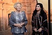 Prinses Beatrix bij opening tentoonstelling over Petra Jordanie