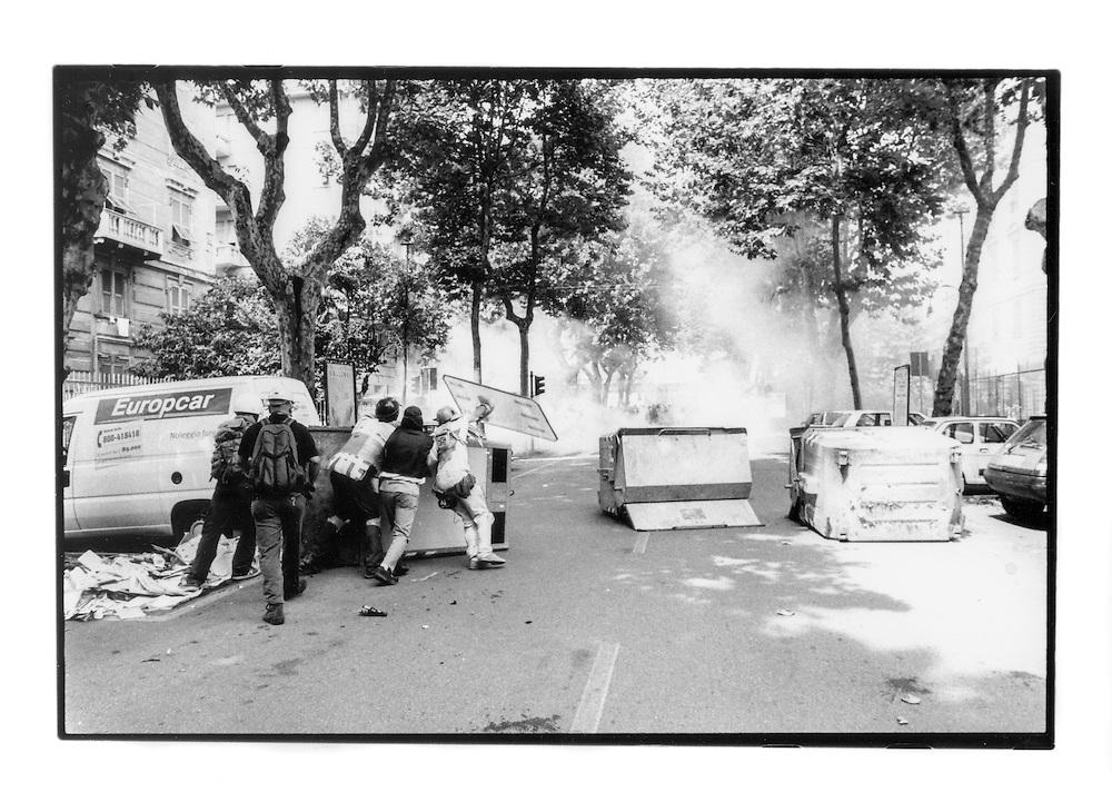 Proteste contro il summit del G8, Genova luglio 2001. Venerdì 20 luglio, corteo dei Disobbedienti. Barricate di cassonetti. Via Casaregis (dintorni di via Tolemaide).