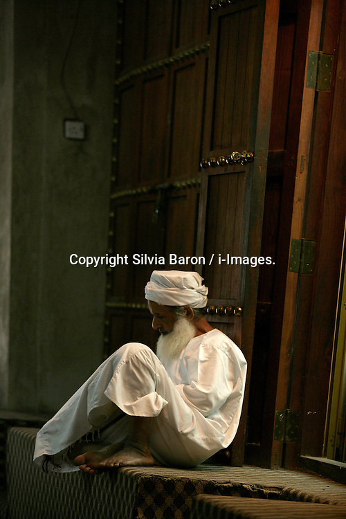 Old man at the Nizwa fort in Oman, December 12, 2006. Photo by Silvia Baron / i-Images.