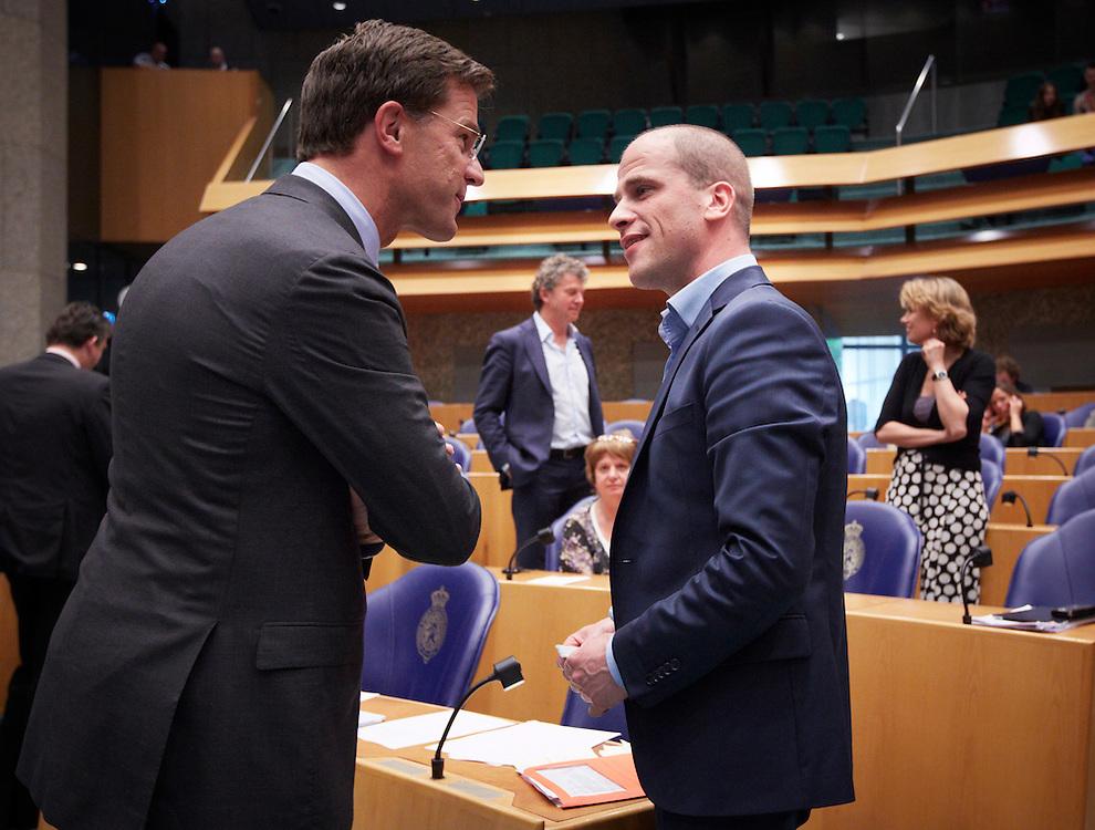 Nederland. Den Haag, 24 mei 2012.<br /> Demissionair premier Mark Rutte begroet Diederik Samsom PvdA voor aanvang. <br /> Verantwoordingsdebat, nav de derde woensdag in mei, tweede kamer, politiek, parlement, <br /> Foto : Martijn Beekman