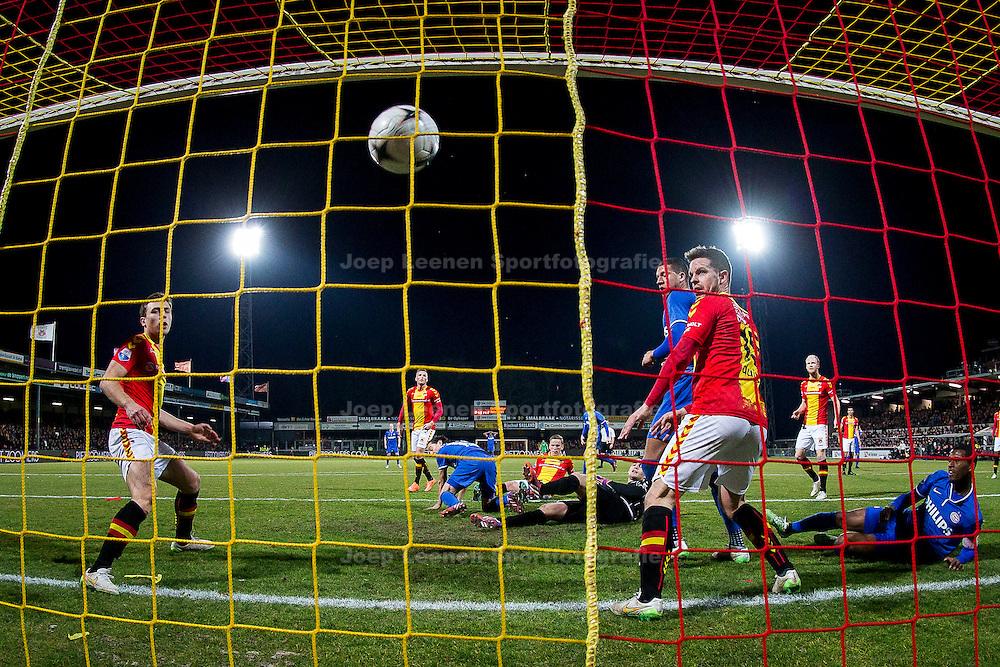 DEVENTER, Go Ahead Eagles - PSV, voetbal Eredivisie seizoen 2014-2015, 07-03-2015, Stadion de Adelaarshorst, PSV speler Andres Guardado (M) scoort de 0-3.