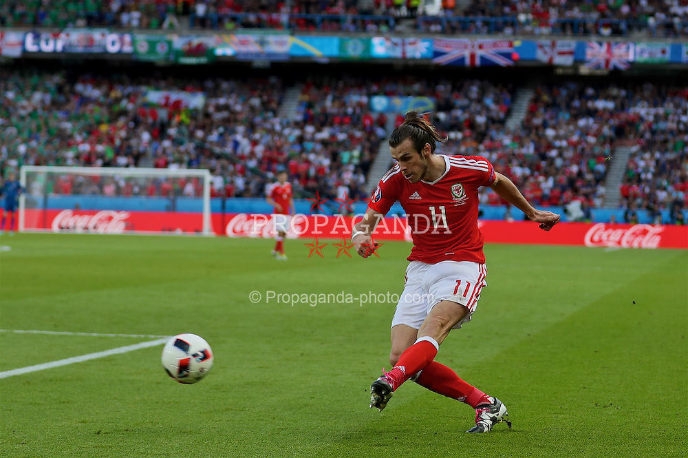 PARIS, FRANCE - Saturday, June 25, 2016: Wales' Gareth Bale sets up the first goal against Northern Ireland, an own goal, during the Round of 16 UEFA Euro 2016 Championship match at the Parc des Princes. (Pic by David Rawcliffe/Propaganda)