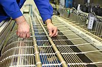 D&uuml;ren. 15.03.17 | BILD- ID 041 |<br /> GKD - Gebr. Kufferath AG. Metallfassade f&uuml;r die Neue Mannheimer Kunsthalle.<br /> Das Unternehmen in D&uuml;ren produziert Fassaden f&uuml;r die Architektur aus Metall. Ein gewebtes Metallgitter wird von Aussen an die Fassade montiert. <br /> Kunsthallendirektorin Dr. Ulrike Lorenz besucht das Unternehmen in D&uuml;ren und freut sich &uuml;ber die technische Umsetzung mit einer speziell goldenen Pigmentierung der Edelstahlstreben.<br /> Bild: Markus Prosswitz 15MAR17 / masterpress (Bild ist honorarpflichtig - No Model Release!)