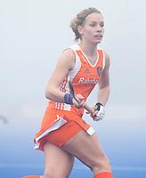 ARNHEM - Hockey. Stefanie van der Raat woensdag tijdens de oefeninterland in dichte mist tegen Zuid Afrika. FOTO KOEN SUYK