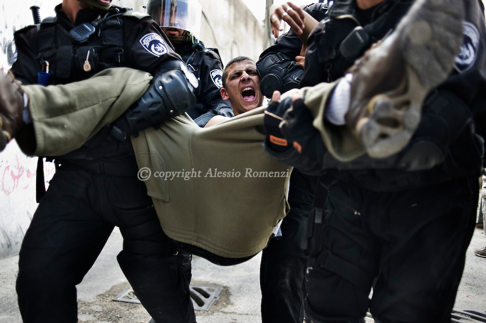 JERUSALEM : Israeli border guards arrest a Palestinian stone thrower during clashes IN the east Jerusalem neighborhood of Ras al-Amud on September 23, 2011. Some 22,000 Israeli police and border police were on high alert across the country, poised to respond to any unrest resulting from a Palestinian bid to seek UN membership in New York. ALESSIO ROMENZI