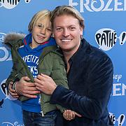 NLD/Amsterdam/20191116 - Filmpremiere Frozen II, Thomas Berge met zijn zoon Jack