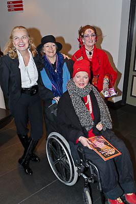 NLD/Amsterdam/20081218 - Premiere Wereldkerstcircus 2008, Monica Strotmann begroet de bruiden van Anton Heyboer