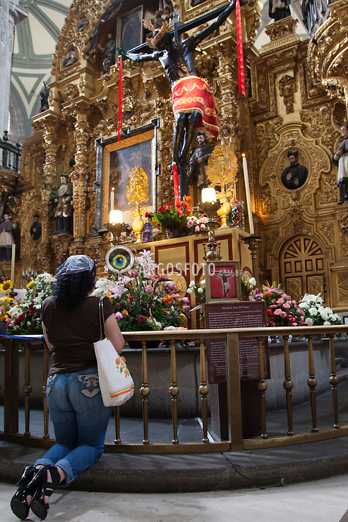 Mulher orando em Catedral Metropolitana da Cidade do Mexico, grande templo catolico situado na Praca da Constituicao da Cidade do Mexico./ Woman praying in the Metropolitan Cathedral of Mexico City, Great Temple catholic located in the Square of the Constitution of the Mexico City. Mexico - 2010