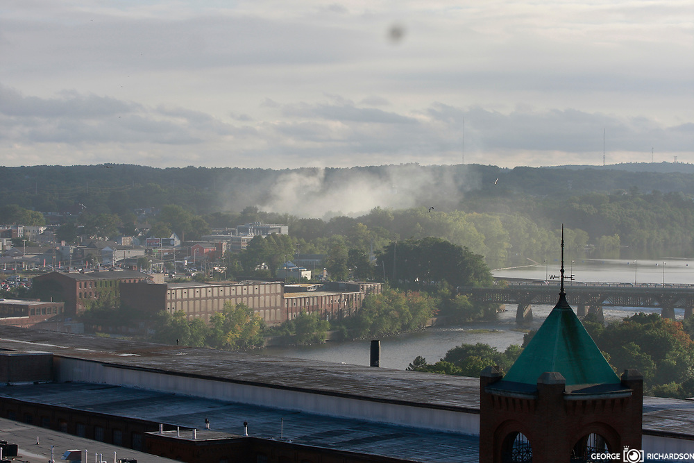 13/09/2018, Lawrence, Massachussets.  Several gray smoke columns rinse across the city of Lawrence.                              Several fires spin out of control around 1:30 pm. Many residents reported an strong smell gas and gas leaks preview the fire or explosion. People are shaked. Hundres spent the nights at shelters set up by the Red Cross. Some made frenetical calls to families and friends. The sirens from first responder comes in all direction.                                 Some parents we follow rush from work to take kids to safer places. Some kids look scare; others cry, a still other play online games.                                                                 Español                                                    Multiples columnas de humo cubre el cielo de Lawrence. Los fuegos se inicieron en lugares con un fuerte olor a gas liguado, confirmado por el departamento de bomberos. Photo:©George Richardson/ Cinefoto. All right register